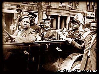 Гарви - на заднем сиденьи в прикиде свадебного генерала, 30-е годы